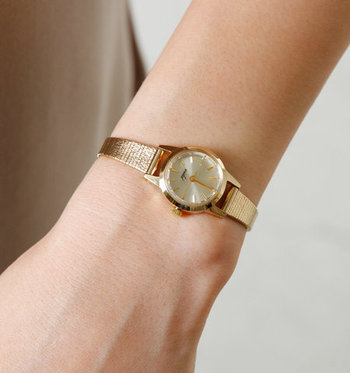 """ゴールドのラウンドフェイスと、小ぶりなのに存在感のあるコンパクトさが魅力的な腕時計。オンオフ両用で使える、今っぽいデザインの「VIDA+(ヴィーダプラス)」""""v-006""""シリーズもおすすめです。"""