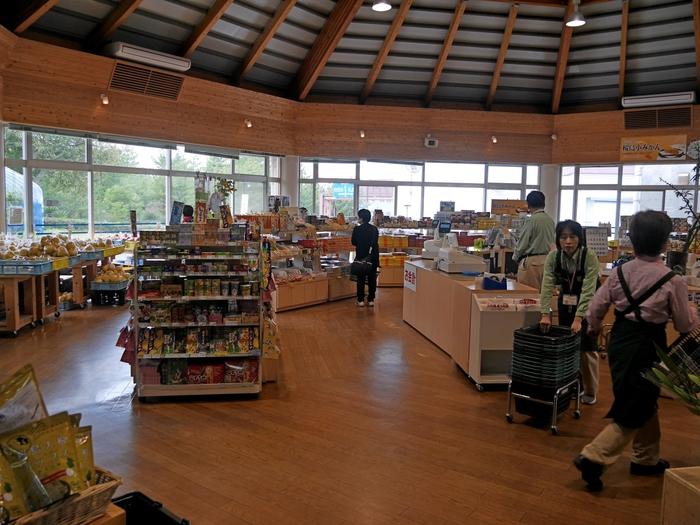 「道の駅 桜島」も、ぜひとも寄っていただきたいスポット。桜島港フェリーターミナルから10分ほどで歩いて到着です。お食事がいただけるほか、お土産も充実していますよ。