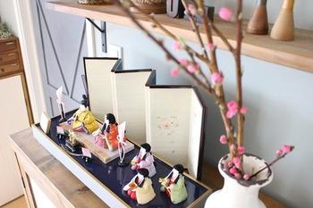 平安貴族の子女のひな遊びと結びついた桃の節句は、女の子のお祝いという意味が強くなり、貴族からやがて武士、庶民…という風に広く親しまれていく事になります。