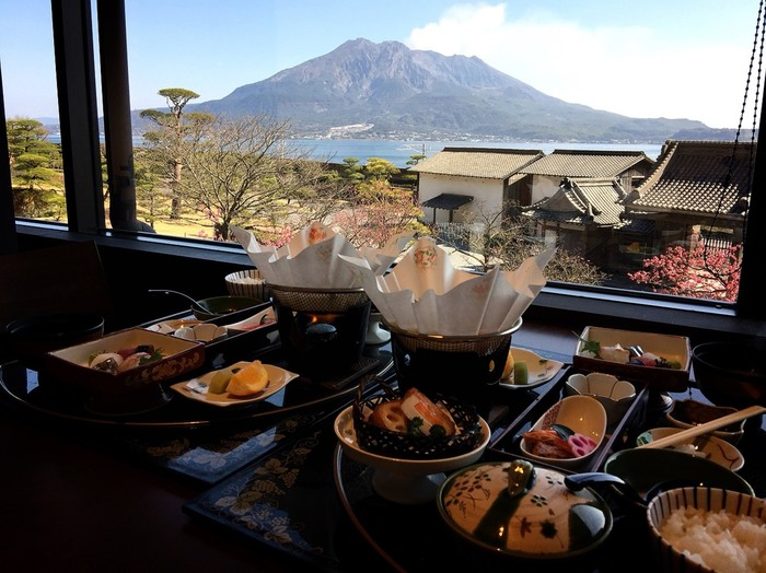 仙巌園内のレストランで、美味しい薩摩料理をいただくことも。「桜華亭」では雄大な桜島の景色を眺めながら、とても贅沢な気分で食事を楽しめますよ。  さらに近くにはカジュアルなレストラン「松風軒」、和スイーツもいただけるカフェ「仙巌園茶寮」もあります。少しお茶したいときにも休憩できるお店もあって嬉しいですね。