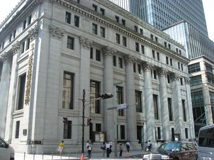 【国指定重要文化財「三井本館」。7階に「三井記念美術館」がある。】