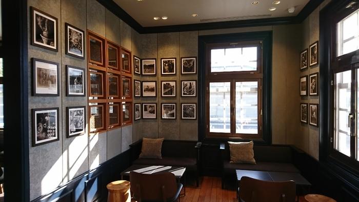 内装もまた、当時のつくりを活かしたレトロな雰囲気で、居心地が良いですよ。スタバお馴染みのメニューを提供していますので、気軽に訪れてみてくださいね。