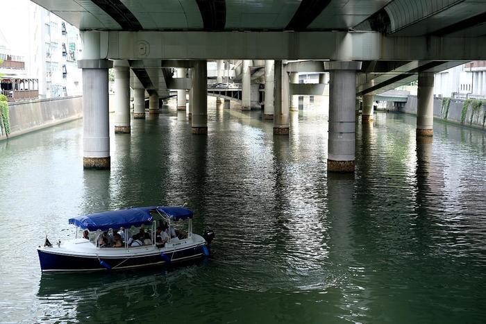 """「日本橋船着場」からは、日本橋や隅田川、神田川や東京湾の周遊クルーズ船が出ています。 クルーズ会社も各社揃い、周遊コースも発着時刻も、船の規模も様々です。予算、時間に応じて選べるので、興味があるのなら以下のサイトを参考にしてみましょう。  【「日本橋川」と「日本橋周遊クルーズ」。画像の船は、""""江戸時代から続く運河をたどる歴史クルーズを運航""""している「江戸東京再発見コンソーシアム」。】"""