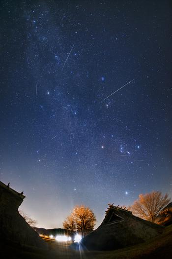 ふたご座はその名の通り双子の兄弟が並んでいる姿を表した星座です。おうし座の角の先にある、冬のダイヤモンドを形成するポルックスとその横に並ぶカストルが2人の頭の部分に当たり、そこからオリオン座に向かって並ぶ星を繋いで描かれます。
