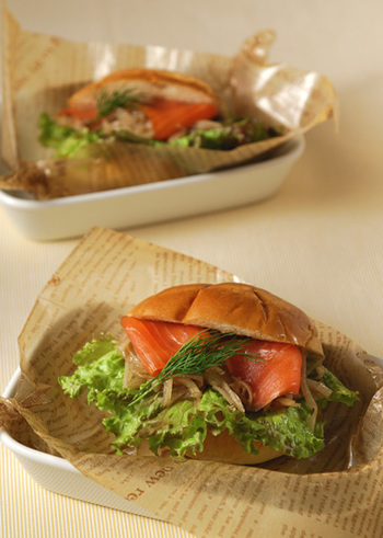 れんこんと玉ねぎのしゃきしゃきサラダをサンドイッチに。ロールパンのほのかな甘さやバターの風味が、酸味のあるバルサミコ酢ドレッシングとよく合います。