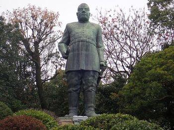 少し歩いて、軍服姿の凛々しい西郷隆盛さんに出会いにいきませんか。  東京・上野公園にある浴衣の西郷隆盛像とは、また異なる雰囲気ですね。
