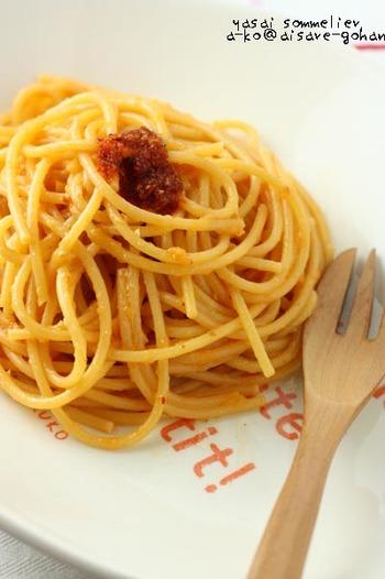 食べるラー油があれば、オイル・唐辛子・にんにくが揃っているので和えるだけで即席ペペロンチーノに!フライドオニオンのパリパリ食感がクセになります。パパっとランチにどうぞ♪