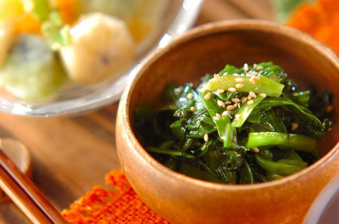 ニラをメインに使うお浸しは、お財布にも優しい便利な副菜。砂糖醤油の甘じょっぱい味と、ラー油とごま油の風味が食欲をそそります。2人分でニラ1束使うので、ラー油はもちろんニラの消費レシピとしても覚えておくと便利です。