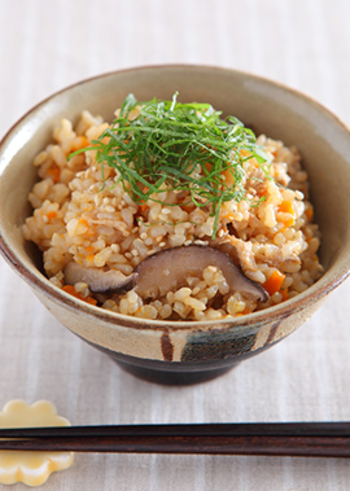 玄米ご飯の味になかなか慣れないなら、炊き込みご飯にしてみるのはいかがでしょうか?材料を全て鍋に入れて炊くだけで、手軽に作ることができるのも魅力です♪