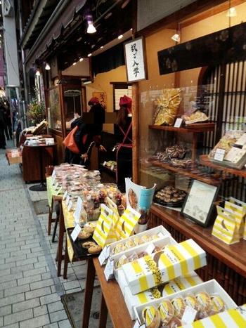 駅前商店街の入り口に店を構える「鉢の木」。昭和8年に目黒で和洋パン店としてスタートしたのち、昭和27年に阿佐ヶ谷へ移り、以来60年以上この地で親しまれています。