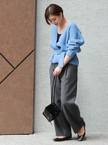 発色の美しいブルーのニットに、グレーのワイドパンツを合わせた大人の秋コーデ。華やかなブルーとシックなグレーのコントラストが綺麗ですね。バッグとシューズは黒でまとめることで、ブルーの魅力がさらに引き立ちます。