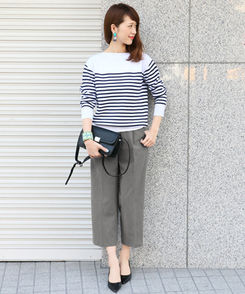ボーダートップス×グレーパンツの上品なマリンコーデは、爽やかな春にぴったりのスタイル。裾が短いクロップドパンツにパンプスを合わせることで、華奢な足首が強調されてより女性らしい印象に。カラフルなアクセサリーが季節感と華やかさをプラスしてくれます。