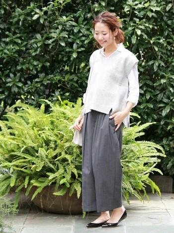 シャツ×ニットベストのレイヤードスタイルに、ストライプ柄のワイドパンツを合わせた大人カジュアル。白×グレーのシンプルな配色と、ゆったりしたシルエットがおしゃれな雰囲気ですね。足元は上品なポインテッドトゥパンプスを合わせることで、華奢で女性らしい足元を演出できます。