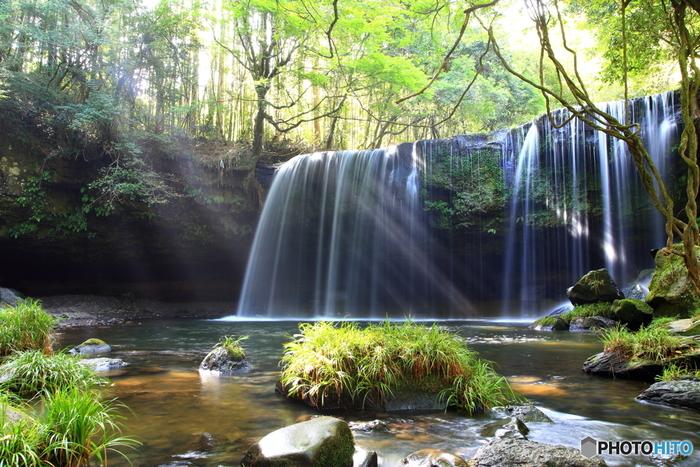 近くで訪れたい名所が、車で20分ほどの小国町にある「鍋ヶ滝」。美しい光芒が差す滝は、流れの裏側に回ることができる「裏見の滝」としても知られています。春には期間限定でライトアップもされるそうです。