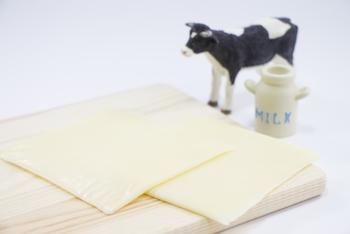 チーズを型抜きする時にはスライスチーズが薄くておすすめです。6Pチーズを使う時は包丁で厚さを半分にすると型抜きがしやすくなります。  何度も触っていると柔らかくなって型抜きをしにくくなるので、手早くすることを心掛けましょう。