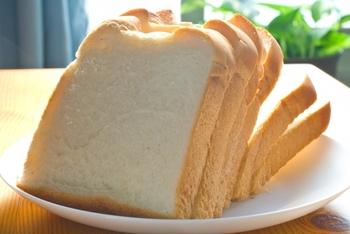 食パンもチーズと同じように柔らかい食材なので、型抜きしやすいですよ◎  見た目が茶色の全粒粉のパンも使って、白い食パンと重ねてみたりと、いろいろなアレンジもしやすいです。  食パンは型抜きしてからすぐ食べられるので、朝ごはんにささっと取り入れてみては?一日のスタートが楽しくなりますよ。
