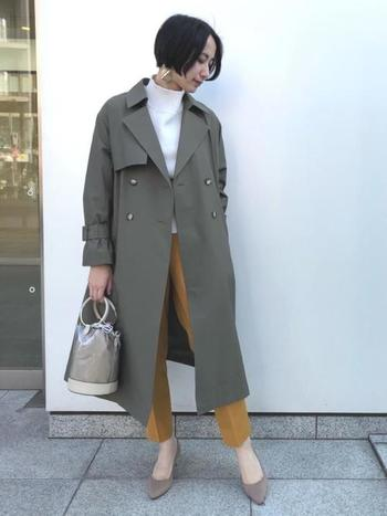 マスタード色のパンツに白いトップスを合わせた明るめコーデにはカーキトレンチで落ち着き感をプラス。大人の女性らしい上品な雰囲気がよく出ています。