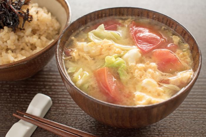 トマトをバターで炒め、具材と一緒にに煮ることで、コクと旨味がアップ! スープみたいなお味噌汁。トマトの赤&卵の黄色が可愛らしく、これならお子さまも喜んで食べてくれそうです。