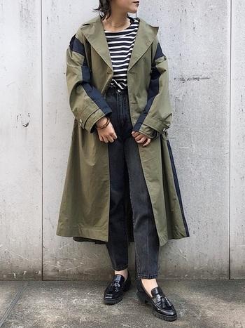 ビッグシルエットとバイカラーが特徴的なカーキトレンチです。大胆なデザインなので、これを着るだけでがらりとイメージチェンジすることができますね。