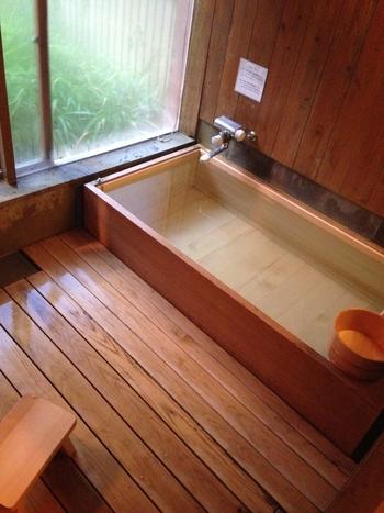 こちらは森の中の離れ宿「嬉野温泉 大正屋 椎葉山荘」。美肌の湯をゆったり静かに堪能するなら、お部屋に檜風呂があるこんなお宿もいいですね。