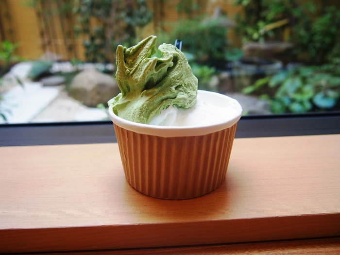香り高くまろやかな嬉野茶はお土産にもおすすめ。「中島美香園」は、直営の茶園を持つ嬉野茶専門店です。直営店の「茶家 六地蔵」では緑茶・抹茶のドリンクやスイーツはもちろんのこと、嬉野のお茶「やぶきた」から作られた「うれしの紅茶」もいただくことができます。