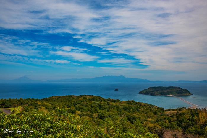 指宿に面した錦江湾には、小さな無人島「知林ヶ島(ちりんがしま)」が浮かんでいます。3月から10月にかけての大潮又は中潮の干潮時には、長さ約800mの砂州(砂の道)が出現します。ここを歩いて、島に渡ることができるんですよ。