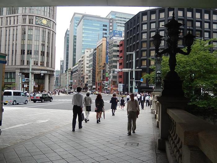 「日本橋」というと、東京メトロ東西線・銀座線の「日本橋駅」や都営浅草線「日本橋」、銀座線や半蔵門線の「三越駅前」を利用してしまいますが、日本橋は実にアクセスが良いエリア。わざわざ乗り換えなくても、下記の駅から徒歩圏です。  名橋《日本橋》まで JR東京駅八重中央口 徒歩10分 JR神田駅      徒歩12分 JR新日本橋駅    徒歩9分 都営浅草線・東京メトロ日比谷線「人形町駅」 徒歩10分 【画像は、《日本橋》から神田方面へ通じる「中央通り」】