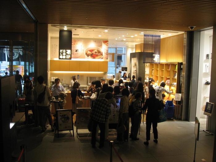 """せっかくなら「にんべん 日本橋本店」内のスタンディングバー「日本橋だし場」にも立ち寄ってみましょう。""""一汁一飯""""がコンセプトの「だし場」では、削りたての鰹節を用いた出汁や味噌汁といった和食を気軽に味わえます。"""