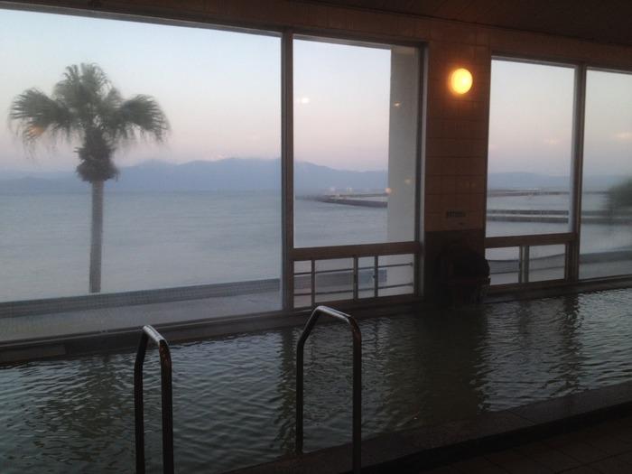 指宿温泉には、館内に砂むしの施設を備えたお宿もあります。写真は「指宿シーサイドホテル」。砂むしのあとは、海を見わたす大浴場や、部屋付きの露天風呂でゆったりと湯浴みを楽しめます。