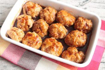 お弁当作りには、ぜひ電子レンジも活用したいですね。こちらは、揚げないミートボール。豚ひき肉と豆腐をベースにした肉だねを丸めて、600Wのレンジで6~7分程度。簡単ですね(冷蔵3日)。