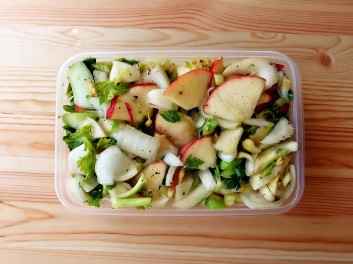 シャキシャキと食感もいいマリネサラダ。りんごは、フルーティでありながら甘みがほどよいので、サラダにとても合います。なお、春は生食にも向いている新玉ねぎを使うと、よりおいしそうですね(冷蔵で約5日)。