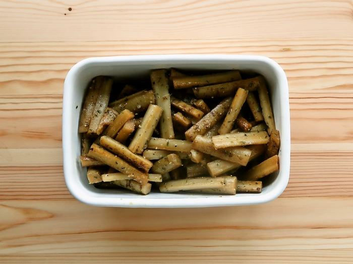 ごぼうというと、きんぴらや煮物が多いですが、コンソメマリネはちょっと新鮮ですね。ごぼうを酢水でゆでて、マリネ液に漬けるだけですから簡単。漬け込むほど味が深まり、柔らかな味になります(冷蔵1週間)。