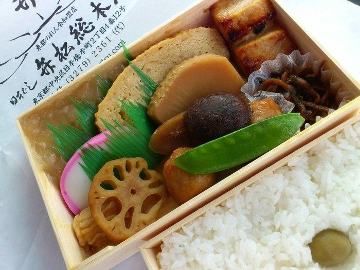 """江戸の味は、京都の""""はんなり""""とした奥深い味わいとは異なり、""""きりり""""とした、潔い味わい。すっきりと美味しいのが身上です。ぜひ、あなたならではの""""おいしい逸品""""を探し当てながら、日本橋を楽しんでみましょう。 【「日本橋 弁松総本店」の『並六』と『白飯』】"""