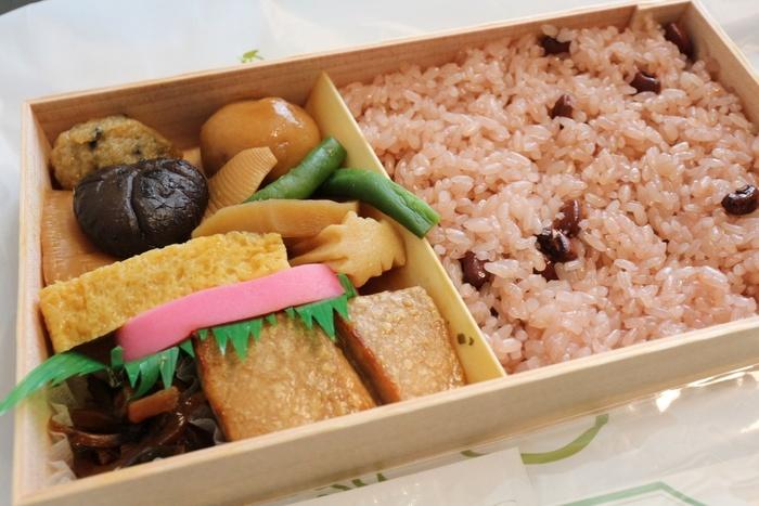 「弁松」は、文化7(1810)年の江戸期に、日本橋の魚河岸に開いた食事処から始まった折詰料理の専門店です。  時間のない魚河岸の人々が残した料理を経木等で包み持ち帰らせたのが好評で、次第に折り詰め料理が主体となり、嘉永3(1850)年に折り詰め料理専門店「弁松」として再創業し、160余年にわたって当地で商いを続けています。