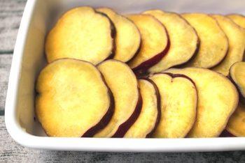 さつまいもを電子レンジにかけて、バターとレモンを加えて混ぜるだけ!とっても簡単で、おいしさ抜群。作りながらつまんでしまいそうですね(冷蔵4日)。