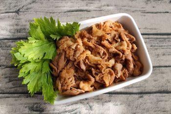 お肉を調味液に漬け込んでおくと、当日は焼くだけ。味もよくしみていて、おいしさも間違いなしです。このレシピは、漬け込んだまま下味冷凍もできますので、週の後半に役立ちそう。ケチャップと豆板醤がおいしさのポイントです(冷蔵4日)。