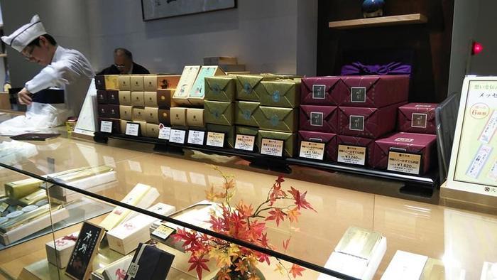 """今記事では、「日本橋」の歴史と共に、文化の香りを今に伝える名所を案内しながら、当地で大切に守り育てられたきた*「日本橋」の名店15店舗と""""おいしい逸品""""の数々を紹介します。【文明堂日本橋本店(*後述)】"""