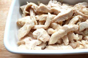 鶏むね肉に切り込みを入れ、調味料を揉み込んで10分ほど常温放置。その後、レンジにかけ、途中上下を返しながら熱を通します。ドレッシングで合えれば、即席マリネにも(冷蔵4日)。