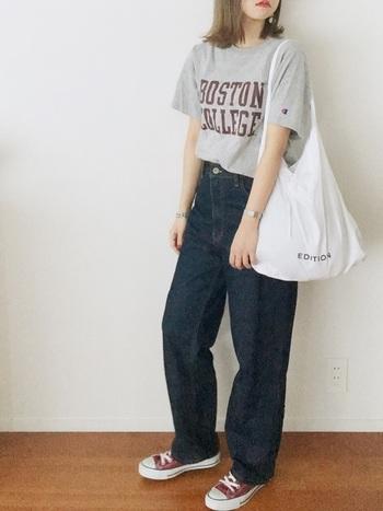 ヴィンテージのTシャツをデニムに合わせた90年代風コーデ。古着のアイテムを選ぶことで、シンプルな中にもこだわりを感じる着こなしに。