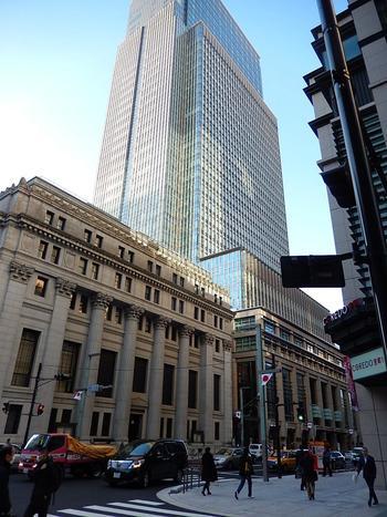 「日本橋」は、第二次大戦でも焼け野原と化しましたが、戦後の立ち直りは他に抜きん出て速く、商業だけでなく、金融やオフィスを中心としたビジネス街として再生し、高度経済成長期の波に乗ってさらに「日本橋」は、発展成長しました。  【「三井本館」に隣接する超高層ビル「日本橋三井タワー」は、日本橋の新ランドマークタワー。1階には日本橋の超有名店「千疋屋総本店」、上層階には高級ホテル「マンダリンオリエンタル東京」等が入る。】