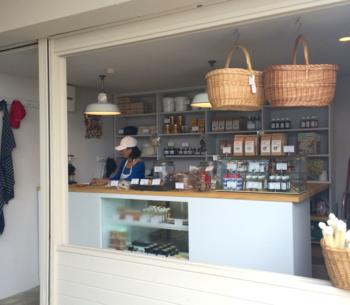海外のマルシェのようなおしゃれなお店には、ホームメイドにこだわった焼き菓子や、お惣菜、鎌倉野菜に合いそうなディップなどが美味しそうに並んでいます。