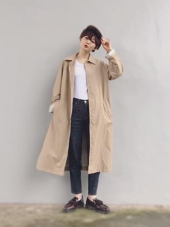 白T×デニムのベーシックコーデに、バサッと羽織ったコートがなんともこなれた雰囲気。ノンウオッュデニッムの丈感とローファーとの組み合わせが絶妙です。思わずマネしたくなる、ひとつ上の着こなしです。