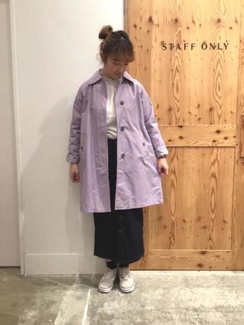 パステルトーンのステンカラーコートは、着るだけで春らしさを演出できるアイテム。ふんわりとした色なので、濃色ボトムスでコーデを引き締めるのを忘れずに。