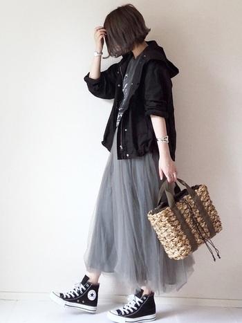 ブラックのマウンテンパーカーは、ちょっぴりスパイシーな甘辛コーデにぴったりのアウターです。春らしさを演出するチュールスカートも落ち着いたグレーをセレクトすれば、フェミニンになりすぎず、大人っぽいスタイルに仕上がります。
