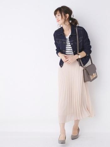 淡いピンクやベージュなどのふんわりとしたスカートに、辛口のデニムジャケットを合わせれば、手軽に甘辛MIXコーデが楽しめちゃいます。たくさん歩く日などは、このままパンプスをスニーカーに替えてあげても素敵なスタイリングになりますよ。
