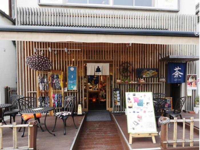 鶴岡八幡宮に向かう若宮大路沿いは様々なお店が軒を連ね、毎日賑わう大通り。軒先に並んだカラフルな染め柄の和小物が目を引くこちらのお店は、伝統工芸である「注染」を用いた手ぬぐいの専門店「nugoo(拭う)」。手作業で型紙を切りだして染めあげた、日本の美しい手仕事品が並んでいます。