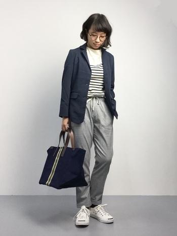 どんなスタイルにも上品にマッチするグレーパンツは、端正なジャケットスタイルとの相性も抜群です。こちらはネイビーのテーラードジャケット×ボーダートップスという爽やかな配色でまとめたマリンコーデ。スニーカーでカジュアルダウンした着こなしも可愛いですね。