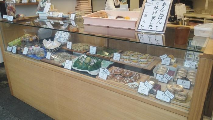 もちろん伝統的なお菓子も健在です。老舗の安心感と、新しい商品へのワクワク感、両方を感じながら買い物を楽しめます。