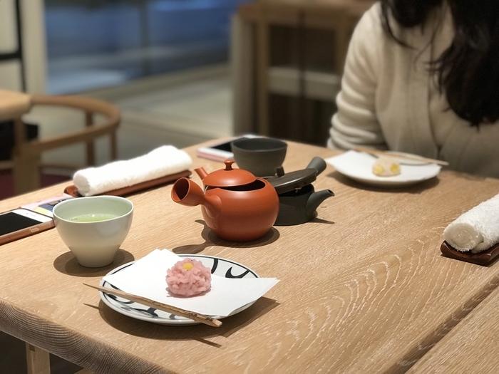 """「長門」の生和菓子を頂くなら、「山本山」が運営する「ふじヱ茶房」へ行ってみましょう。 「山本山」は、元禄3(1690)年に日本最古の煎茶商として創業した老舗店。""""上から読んでも下から読んでも""""で全国的に知られる茶と海苔の専門店。ここ日本橋に本社を構えています。  「ふじヱ茶房」では、「山本山」が扱う茶や海苔を買い求めることができる他、全国様々な煎茶や玉露を、「長門」の生和菓子と共にゆったり頂くことが出来ます。散策途中で休憩がてら寄るのにお勧めの茶舗です。"""