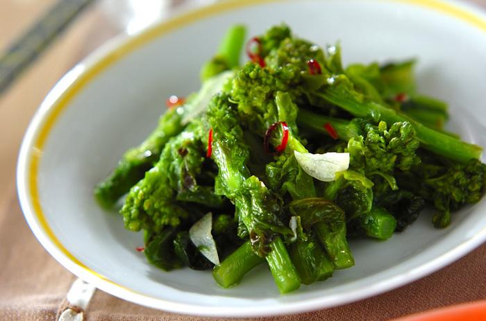 菜の花をフライパンで蒸し焼きにして、いったんザルに上げます。そして、にんにくを炒めて香りが立ったら、菜の花を炒め合わせます。シンプルですが、菜の花のおいしさが引き立つお料理です。